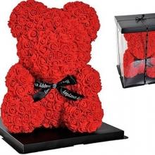 Červený medvedík s penových ruží